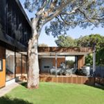 Modernt designhus med skjutdörrar dagtid