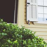 Vitt fönster på gult hus